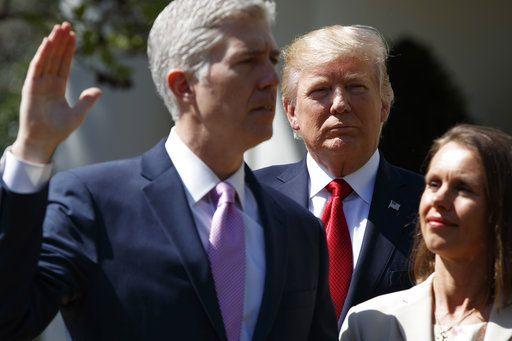 El presidente Donald Trump observa mientras que el juez de la Corte Suprema, Anthony Kennedy, toma el juramento del Juez Neil Gorsuch. Foto AP