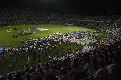 Homenaje en Colombia al equipo Chapecoense. /AP