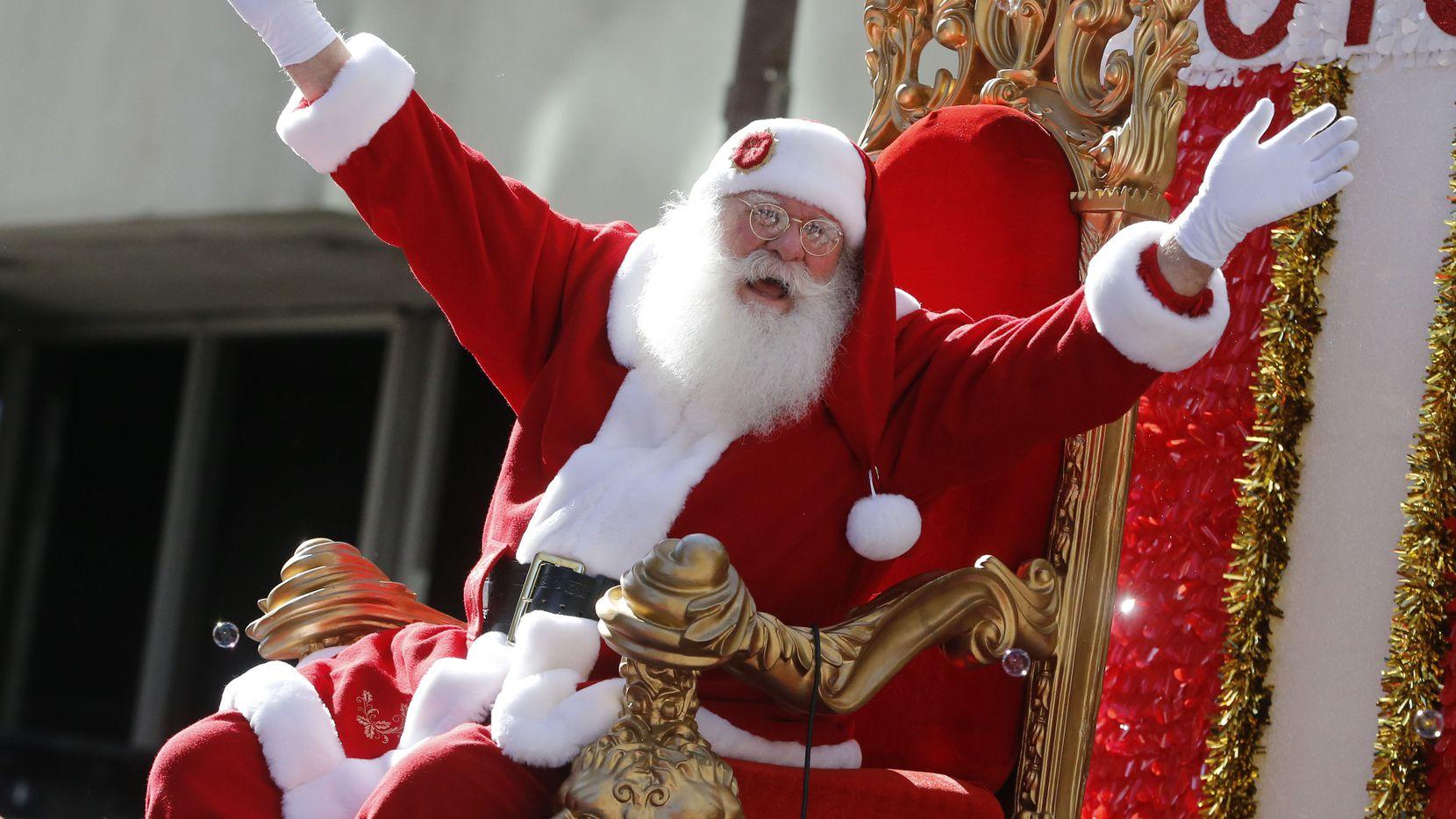Santa Claus durante el Dallas Holiday Parade del año pasado por el centro de la ciudad.