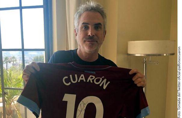 """Alfonso Cuarón compartió que el club británico West Ham United donó camisetas autografiadas por Javier """"Chicharito"""" Hernández con la finalidad de recaudar fondos para dos fundaciones que apoyan a trabajadoras domésticas./ AGENCIA REFORMA"""