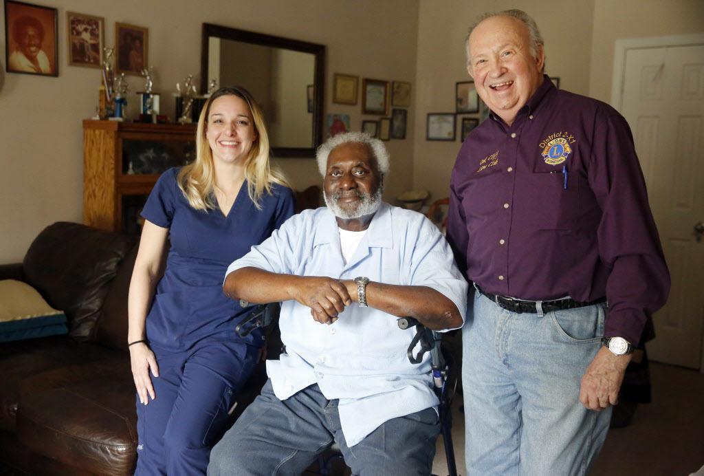 George Kelley (centro), de 74 años, junto a Abby Tupper y su padre Charlie, quienes son voluntarios de Meals On Wheels, un programa federal que ayuda a alimentar adultos mayores. Los Tupper rescataron a Kelley en diciembre, cuando sufrió una caída y estuvo más de dos días sin comer. (DMN/TOM FOX)