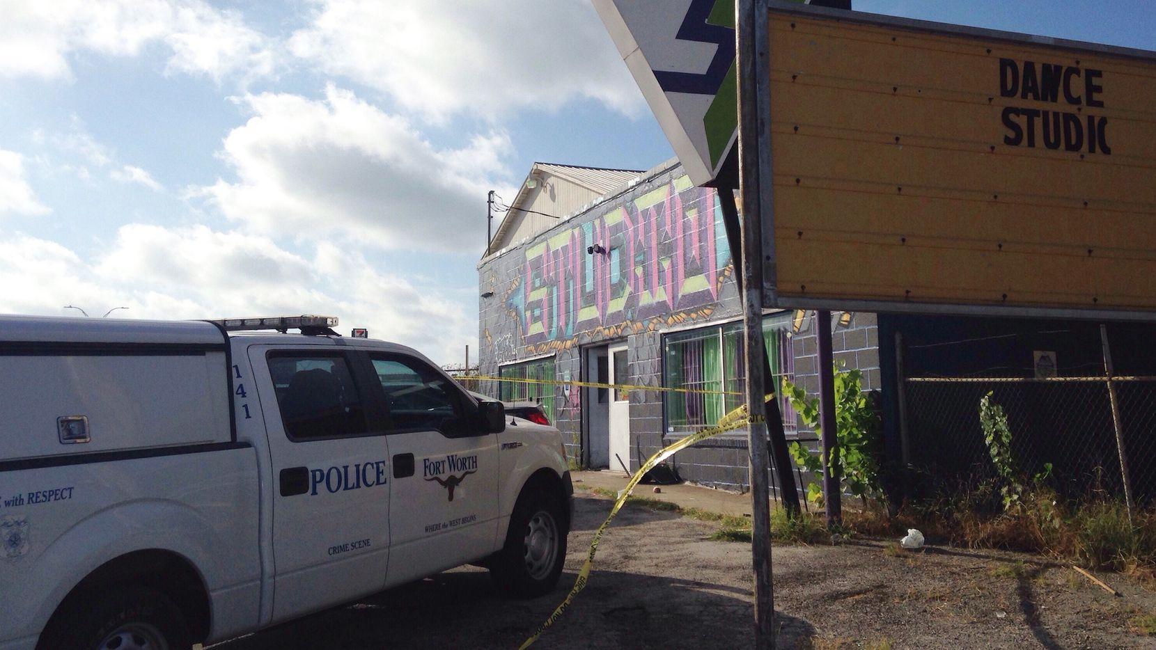 Un vehículo policial frente a un estudio de danza en Fort Worth, Texas, donde ocurrió un tiroteo el sábado 25 de junio del 2016. (AP Photo/Emily Schmall)