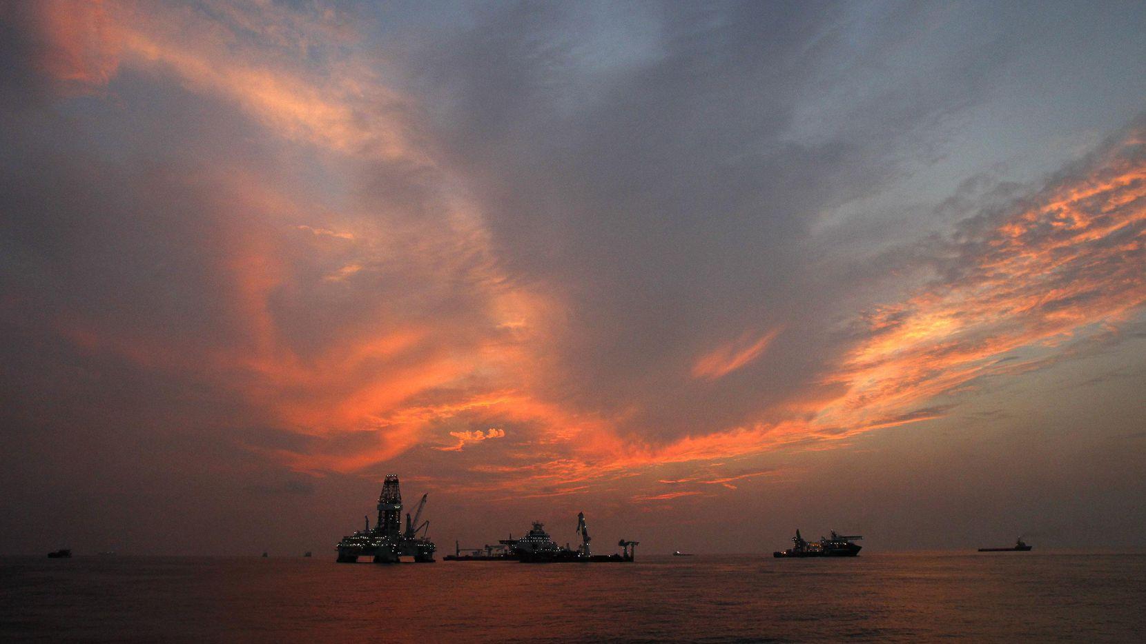 Plataformas de extracción de petroleo abandonadas cerca de la costa de Louisiana. (AP/Patrick Semansky)