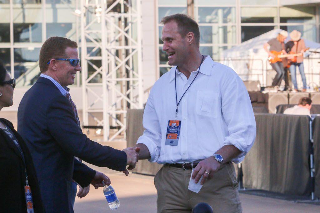 Dallas Cowboys head coach Jason Garrett shook hands with former player Chad Hennings.