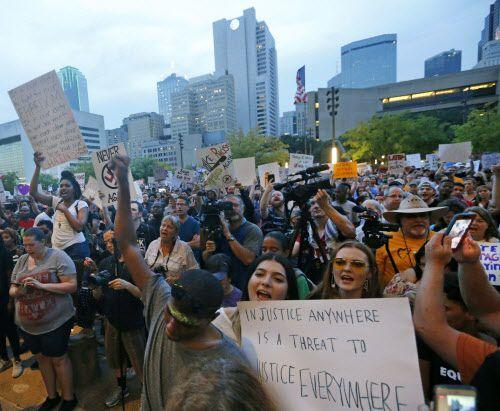 Miles de personas participaron el sábado de una protesta contra supremacistas blancos y los símbolos conederados. LOUIS DeLUCA/DMN
