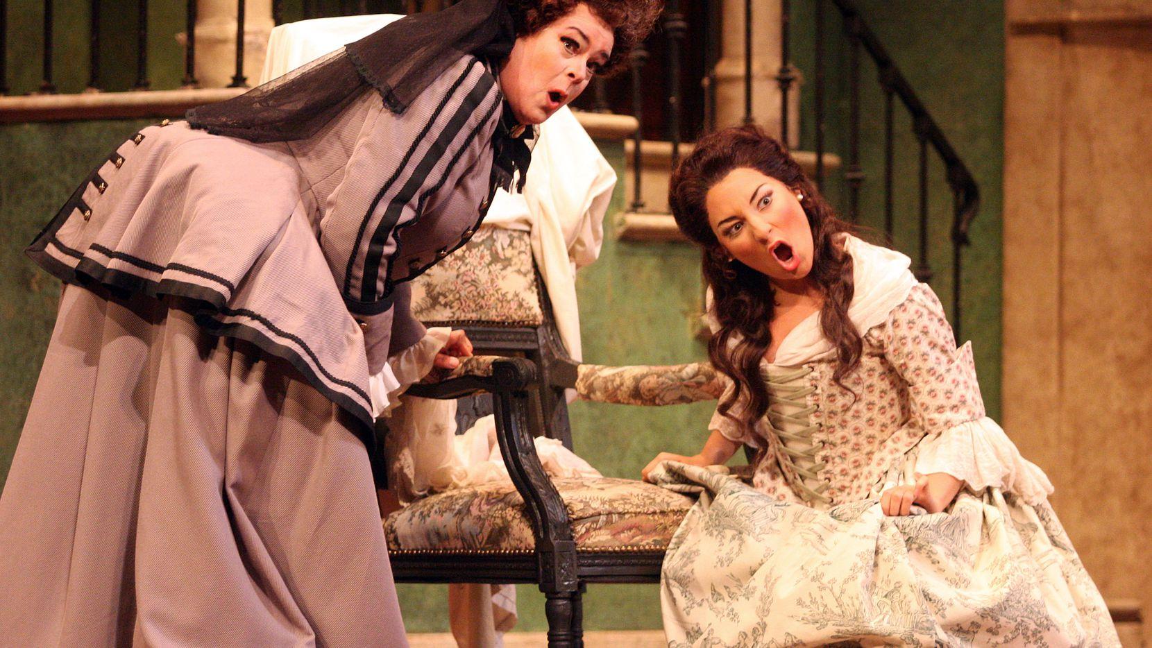"""Andrea Carroll (der.) como Susanna en """"The Marriage of Figaro"""" en el Bass Performance Hall en 2012."""