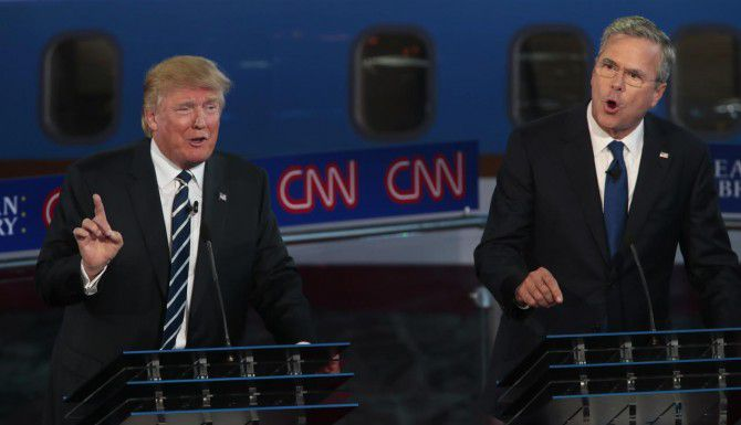 Donald Trump (izq.) y Jeb Bush intercambian puntos de vista durante el debate republicano. (TNS/ROBERT GAUTHIER)