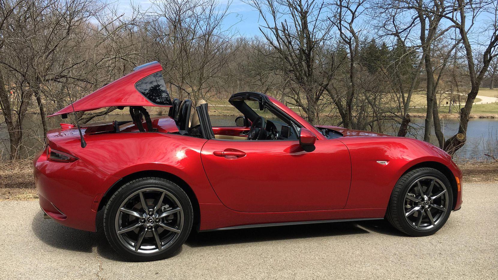 El MX-5 Miata, el roadster más vendido en el mundo, ha evolucionado a ser un coche de dos asientos sexy, convertible y uno que muchos concuerdan podría ser uno de los autos más divertidos en producción. (TNS/ROBERT DUFFER)