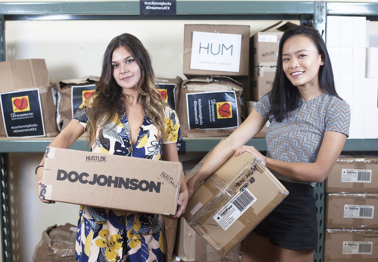 Ana López y Jessica Jin sostienes cajas con juguetes sexuales que serán utilizados para una manifestación en contra de la portación de armas y las reglas de obscenidad. (ESPECIAL PARA EL DMN/THAO NGUYEN)