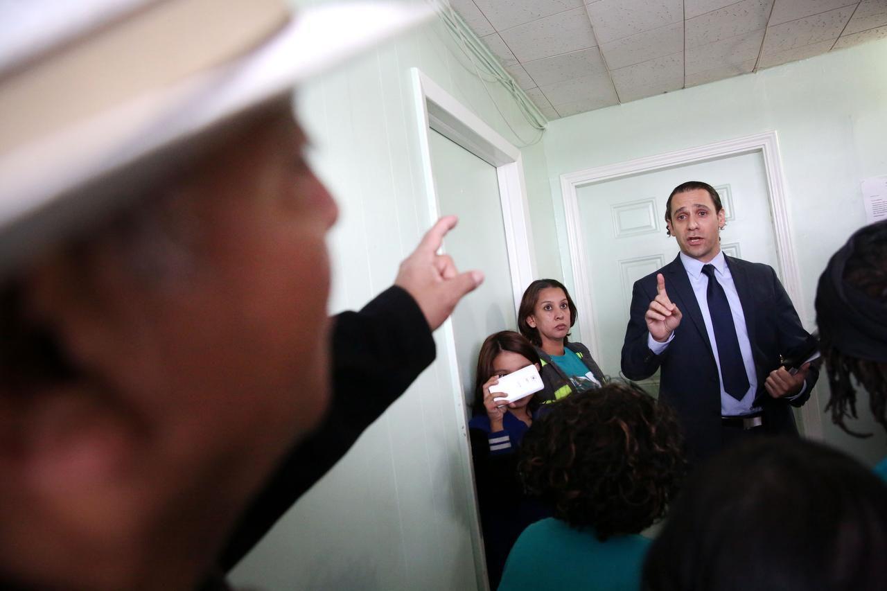 Khraish Khraish, el dueño de los apartamentos HMK en West Dallas, discute con Joe García, uno de sus inquilinos. ROSE BACA/DMN