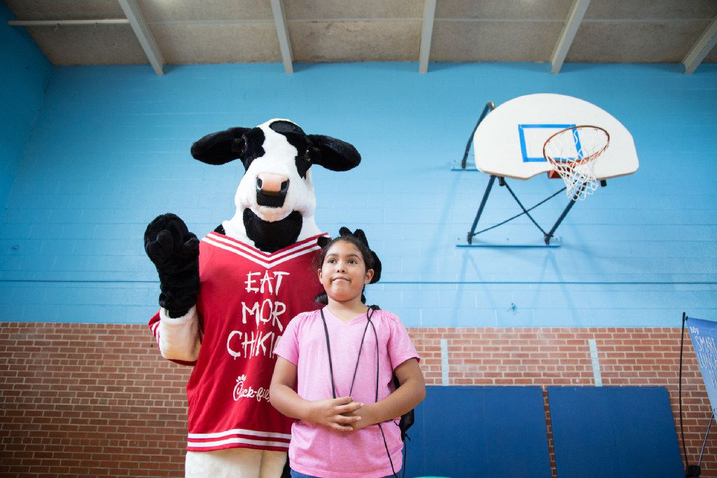 (PHOTO TAKEN 6/13/17) Victoria Calva poses with the Chick fil A mascot during The Summer Meal Program at Herbert Marcus Elementary School on Tuesday, parents and students had access to information on nutrition.  (FOTO ESPECIAL PARA AL DIA/MARIA OLIVAS)