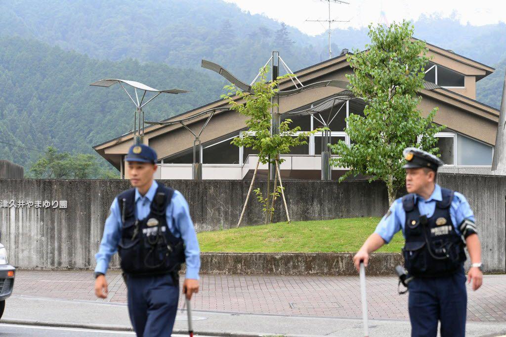 Agentes vigilan un centro para discapacitados donde numerosas personas fueron asesinadas y heridas durante un ataque con cuchillo en Sagamihara, ciudad cercana a Tokio, el martes 26 de julio de 2016. (Noticias Kyodo vía AP)