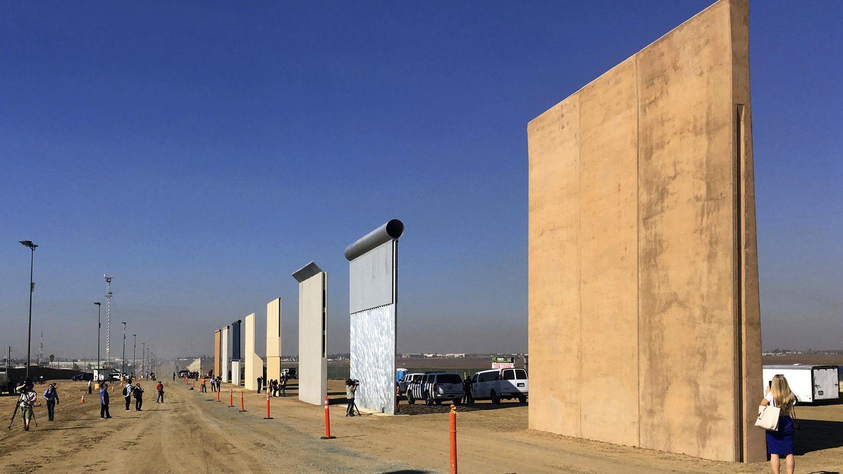 Los prototipospara un muro en la frontera entre México y Estados Unidos, ordenados por el gobierno de Donald Trump.(AP)