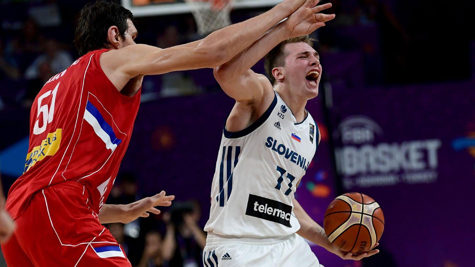 Luka Doncic (der.) es el principal prospecto en el próximo draft de la NBA. (AFP/Getty Images/OZAN KOSE)