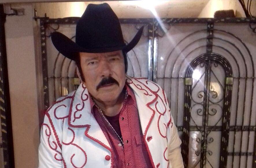 El cantante Lalo Mora partió pastel con amigos y familiares, pues celebró 70 años de edad y 50 de andar de fiestero./ AGENCIA REFORMA