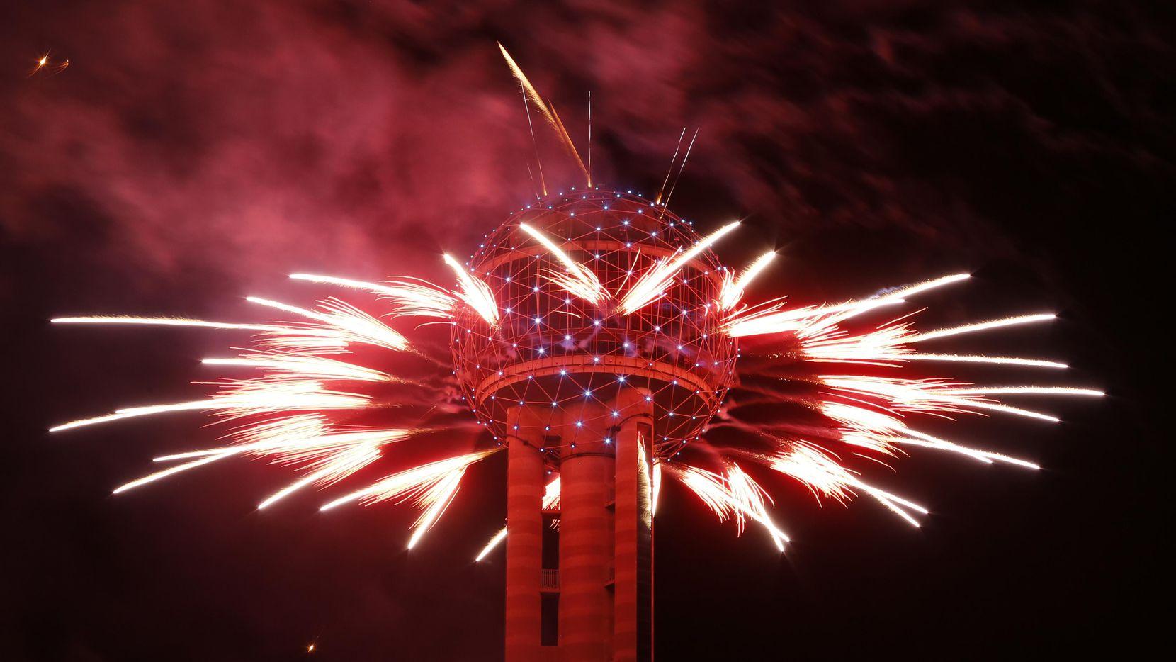 Fuegos artificiales se despliegan desde Reunion Tower todos los 31 de diciembre.(Nathan Hunsinger)