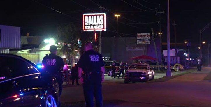 Unos agentes investigan un tiroteo que dejó a un hombre sin vida en Dallas Club. Foto DMN