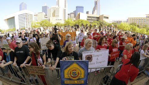 Cientos de personas llegaron hasta el centro de Dallas para manifestarse a favor del control de armas. TNS