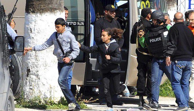 )Turistas y visitante del Museo Nacional Bardo son evacuados en Túnez. Hubo 19 muertos, según reportó el gobienro. (AP/HASSENE DRIDI)