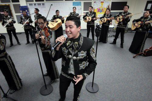 Mario Morales durante un ensayo del Mariachi Sol Azteca.