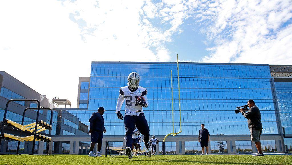 Dallas Cowboys running back Ezekiel Elliott (21) runs a drill during practice at The Star in Frisco, Texas, Monday, Oct. 24, 2016. (Jae S. Lee/The Dallas Morning News)