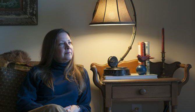 El esposo de Nancy Hobson se suicidó luego de perder su trabajo. Este año, los organizadores del Día Nacional de Sobrevivientes del Suicidio se enfocan en prevenir el suicidio de los hombres.  ——-  El esposo de Nancy Hobson se suicidó luego de perder su trabajo. Este año, los organizadores del Día Nacional de Sobrevivientes del Suicidio se enfocan en prevenir el suicidio de los hombres. (ESPECIAL PARA DMN  ——-  ESPECIAL PARA DMN/REX C. CURRY  ——-  REX C. CURRY)