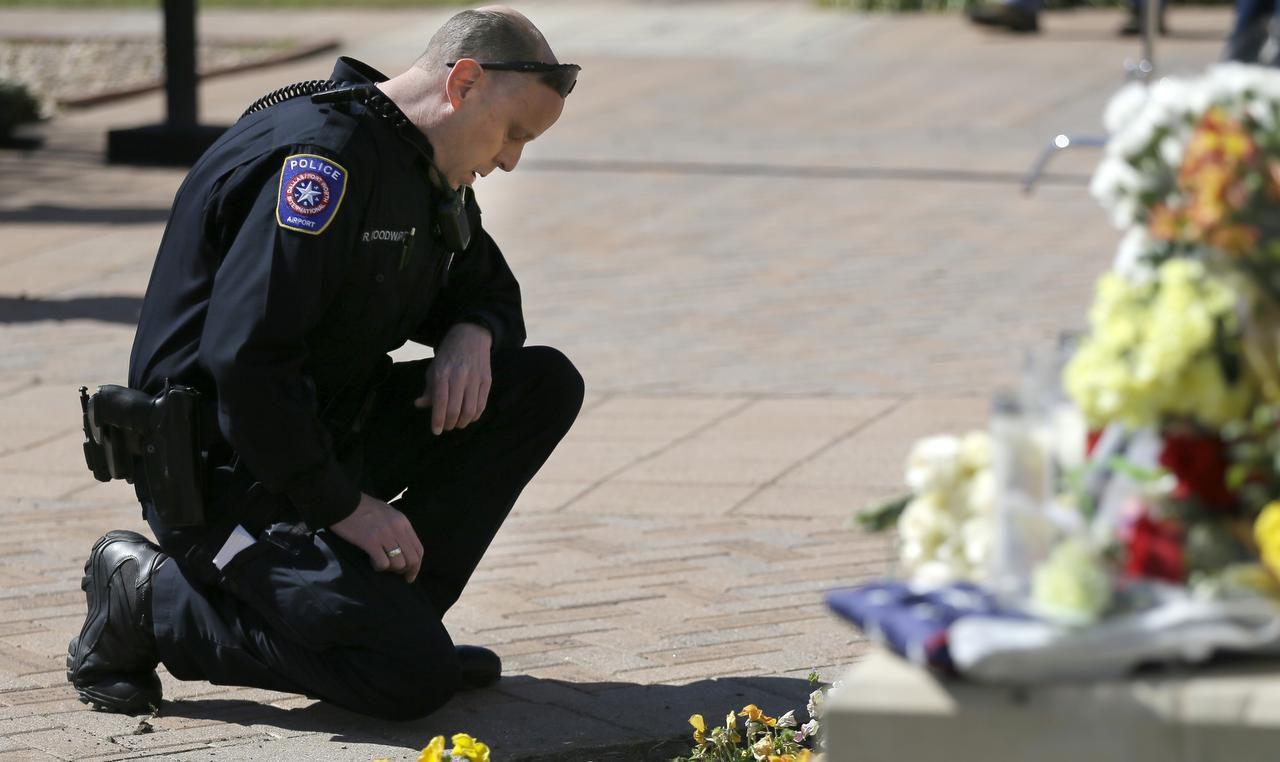 Robert Woordwad, agente de policía del aeropuerto D/FW, rinde homenaje David Hofer, agente acribillado en Euless. (AP/LM OTERO)