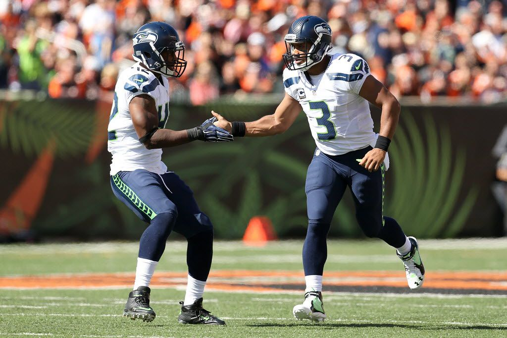 CINCINNATI, OH - OCTOBER 11:  Russell Wilson #3 of the Seattle Seahawks is congratulated by Rod Smith #42 of the Seattle Seahawks after throwing a 30 yard touchdown pass to Jermaine Kearse #15 of the Seattle Seahawks during the first quarter of the game against the Cincinnati Bengals at Paul Brown Stadium on October 11, 2015 in Cincinnati, Ohio. (Photo by Andy Lyons/Getty Images)