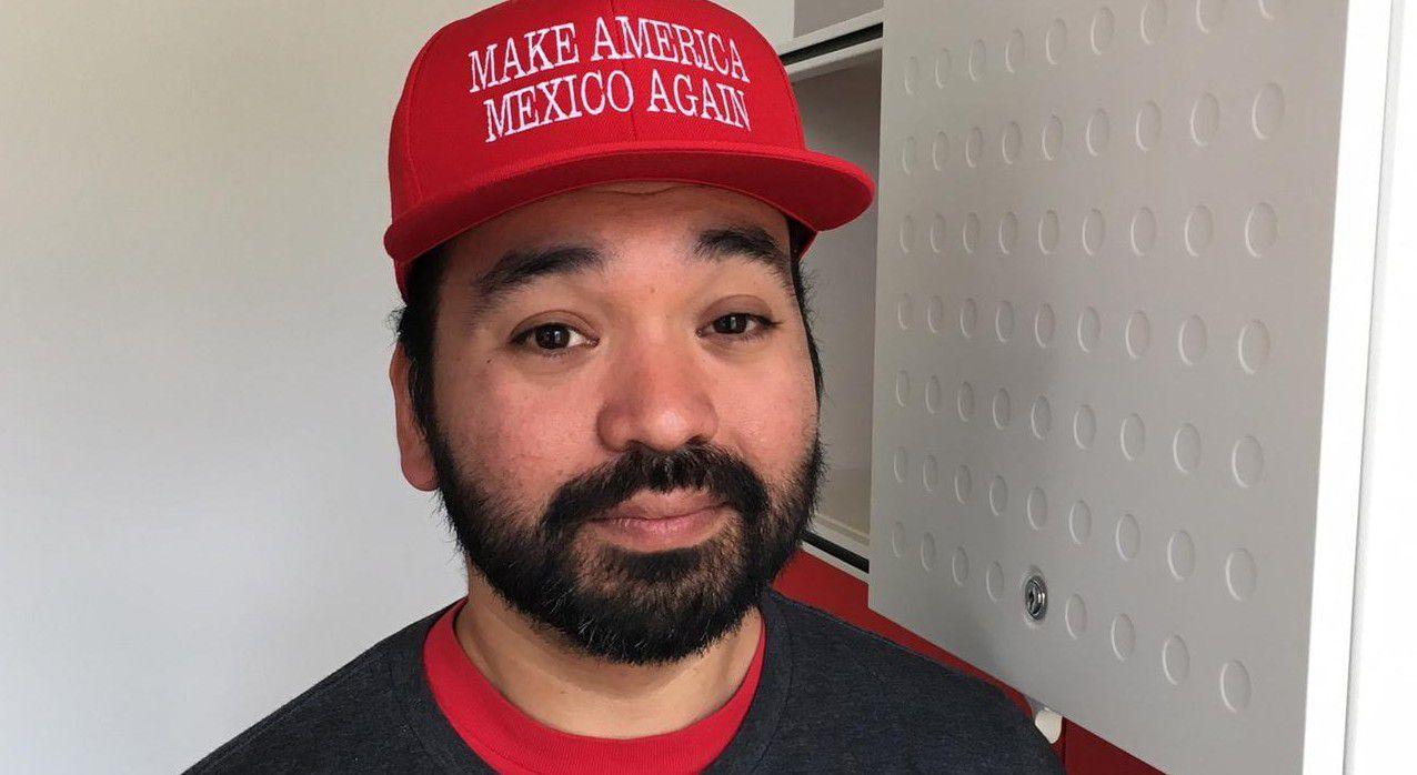 Jerónimo Saldaña muestra la cachucha con la leyenda Make America Mexico Again, una burla al eslogan de campaña de Donald Trump. (AP/CLAUDIA TORRENS)