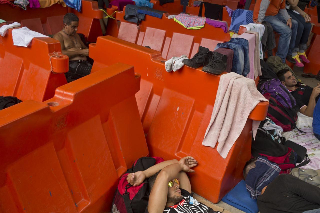 Un grupo de migrantes cubanos descansan en la frontera entre Costa Rica y Nicaragua. Se espera que 45,000 lleguen a Estados Unidos en el 2016. (AP/ESTEBAN FELIX)