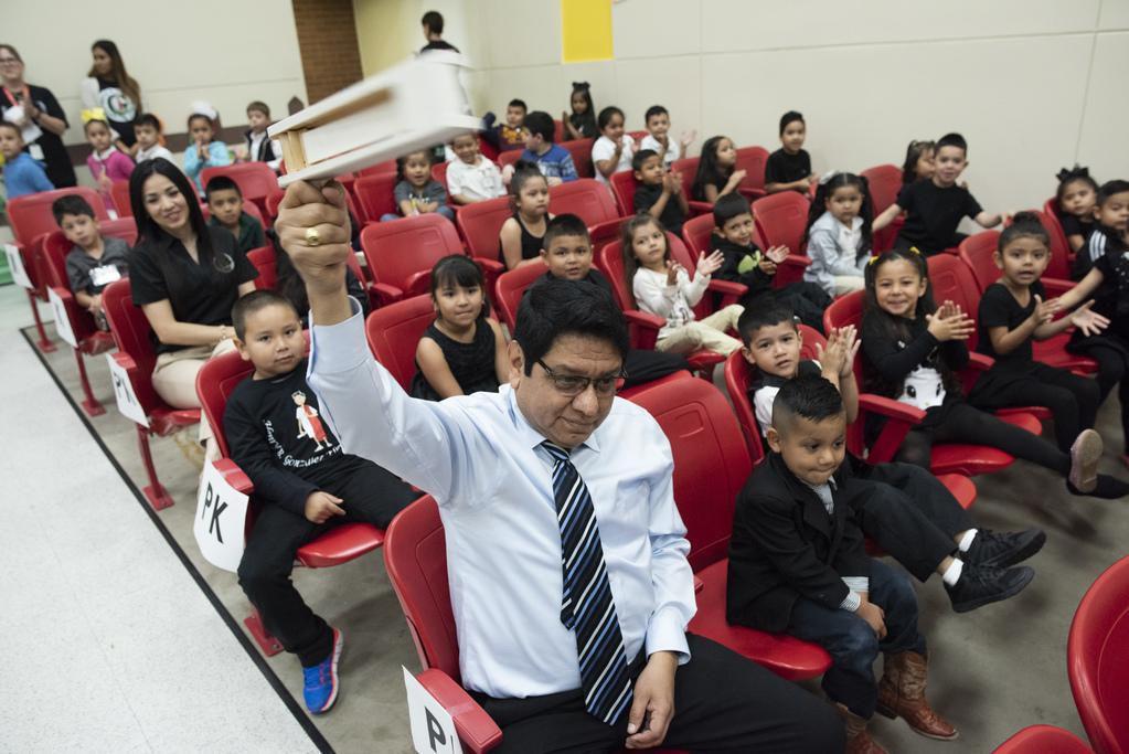 Juan Carlos Méndez, maestro de prekínder en la primaria Henry B. González, durante una actividad con sus alumnos. (ESPECIAL PARA DMN/REX CURRY)