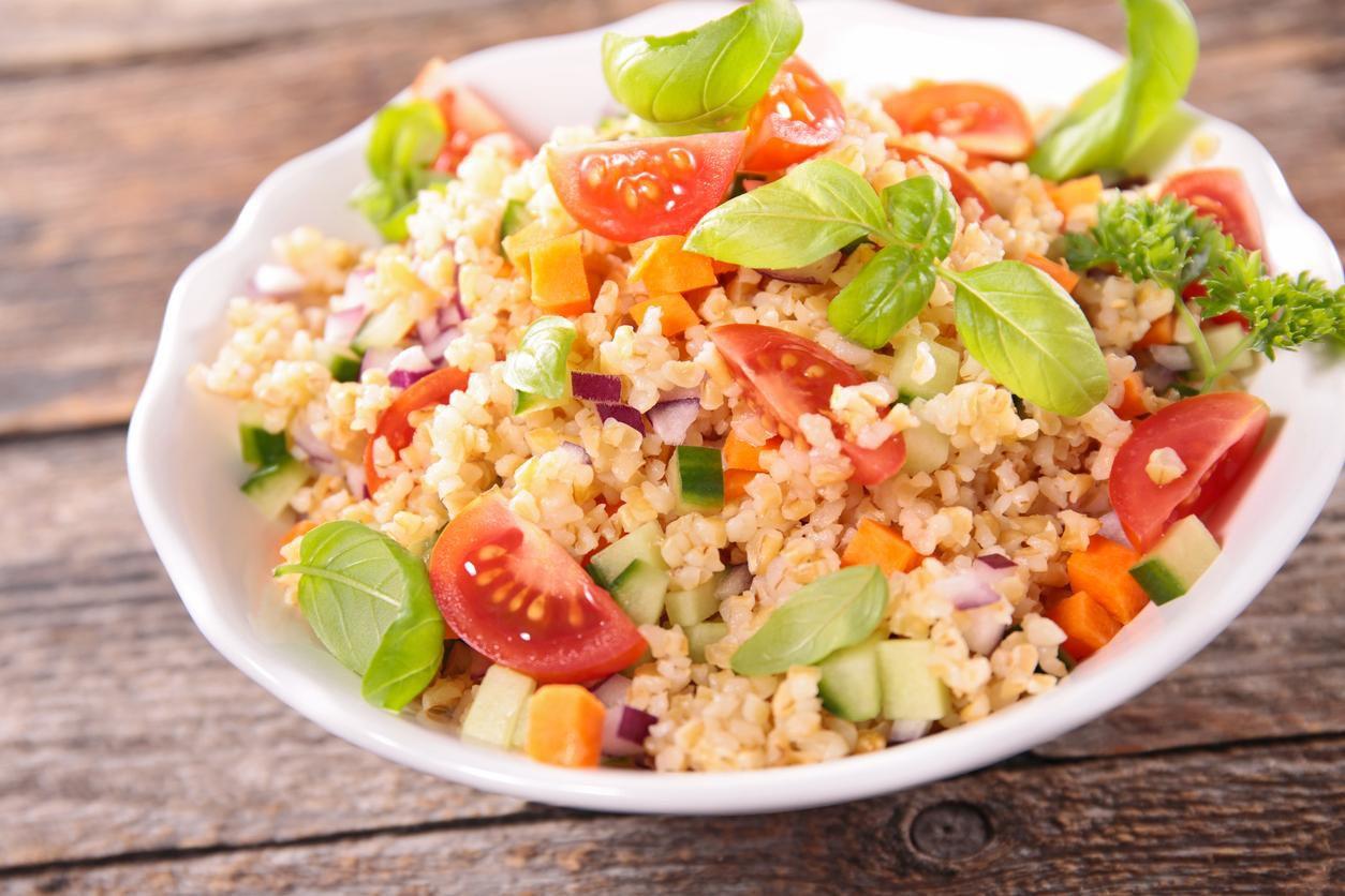 Ensalada de quinoa con tomates y pepinos.(GETTY IMAGES)