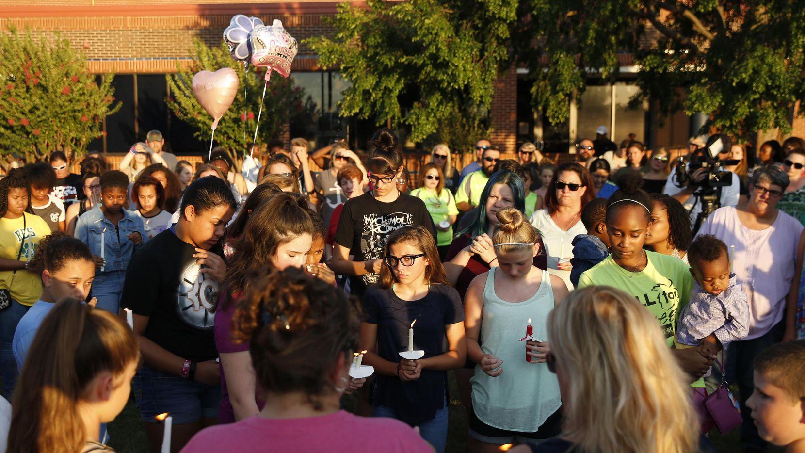 Decenas de personas llegaron a una vigilia en honor de Kaytlynn Cargill en Central Junior High, en Euless, poco después de conocerse la noticia del fallecimiento de la menor. (TNS/TAILYR IRVINE)
