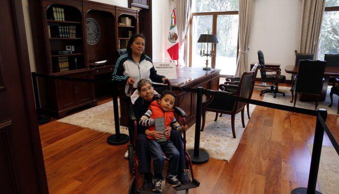 Ciudadanos acudieron a visitar la residencial de Los Pinos, el 1 de diciembre. AGENCIA REFORMA.