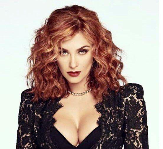 Una cabellera en tonos rojos y dorados marcan el look con el que la actriz Aracely Arámbula promociona su nueva telenovela, la cual lleva por título La Doña./AGENCIA REFORMA