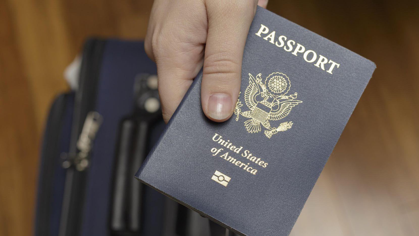Una persona portadora del pasaporte estadounidense.(GETTY IMAGES)