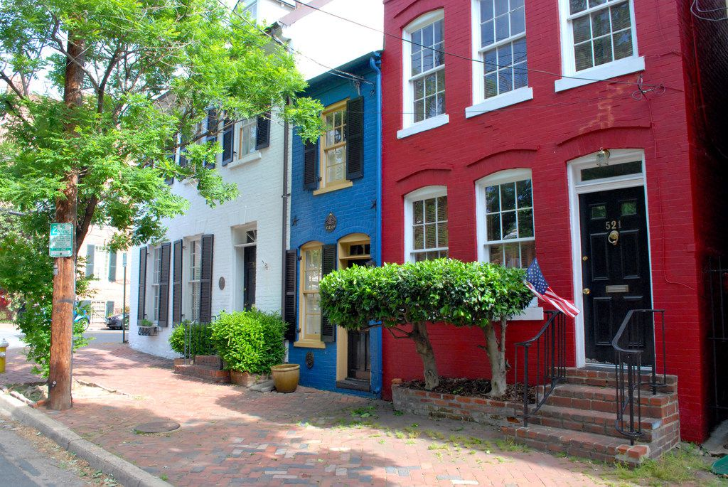 The electric blue Spite House is the skinniest historic home in America, at just 7 feet wide. Alexandria is ranked as one of the South's Prettiest Cities by Southern Living magazine and one of America's Best Small Cities in the Conde Nast Traveler Readers' Choice Awards.