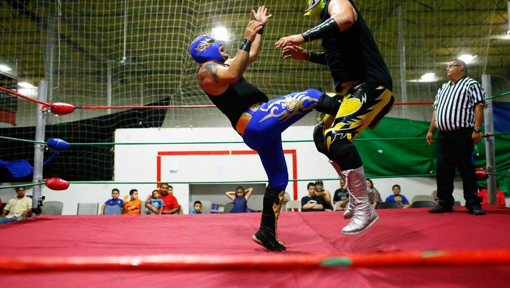 El As de Oro patea a Maligno durante un combate de Lucha Libre en el Indoor Soccer Zone, en el sur de Dallas. (Nathan Hunsinger/DMN)