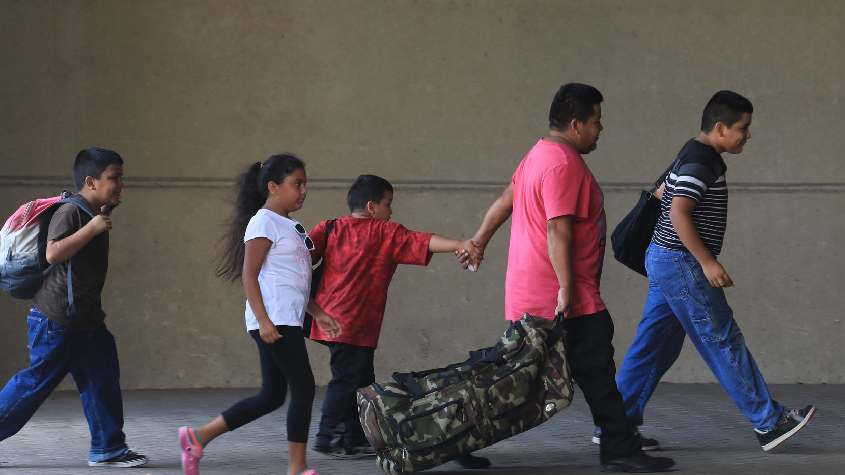 Cientos de personas llegaron a fines de agosto desplazados por el huracán Harvey. La mayoría ya volvió a su ciudad de origen, pero un grupo decidió quedarse en Dallas. (NYT/JIM WILSON)