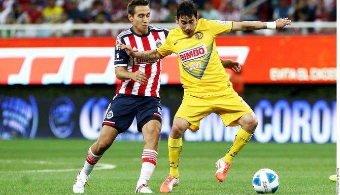 Rubens Sambueza (der.) y el América, líderes del torneo Apertura, reciben el sábado al Guadalajara en el Estadio Azteca.(AGENCIA REFORMA)