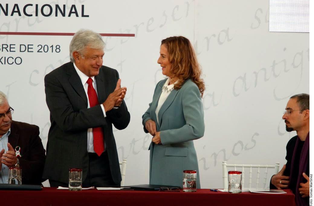 La escritora Beatriz Gutiérrez Müller (centro der.), esposa de Andrés Manuel López Obrador (centro izq.), encabezará el Consejo asesor de coordinación de Memoria Histórica y Cultural de México.