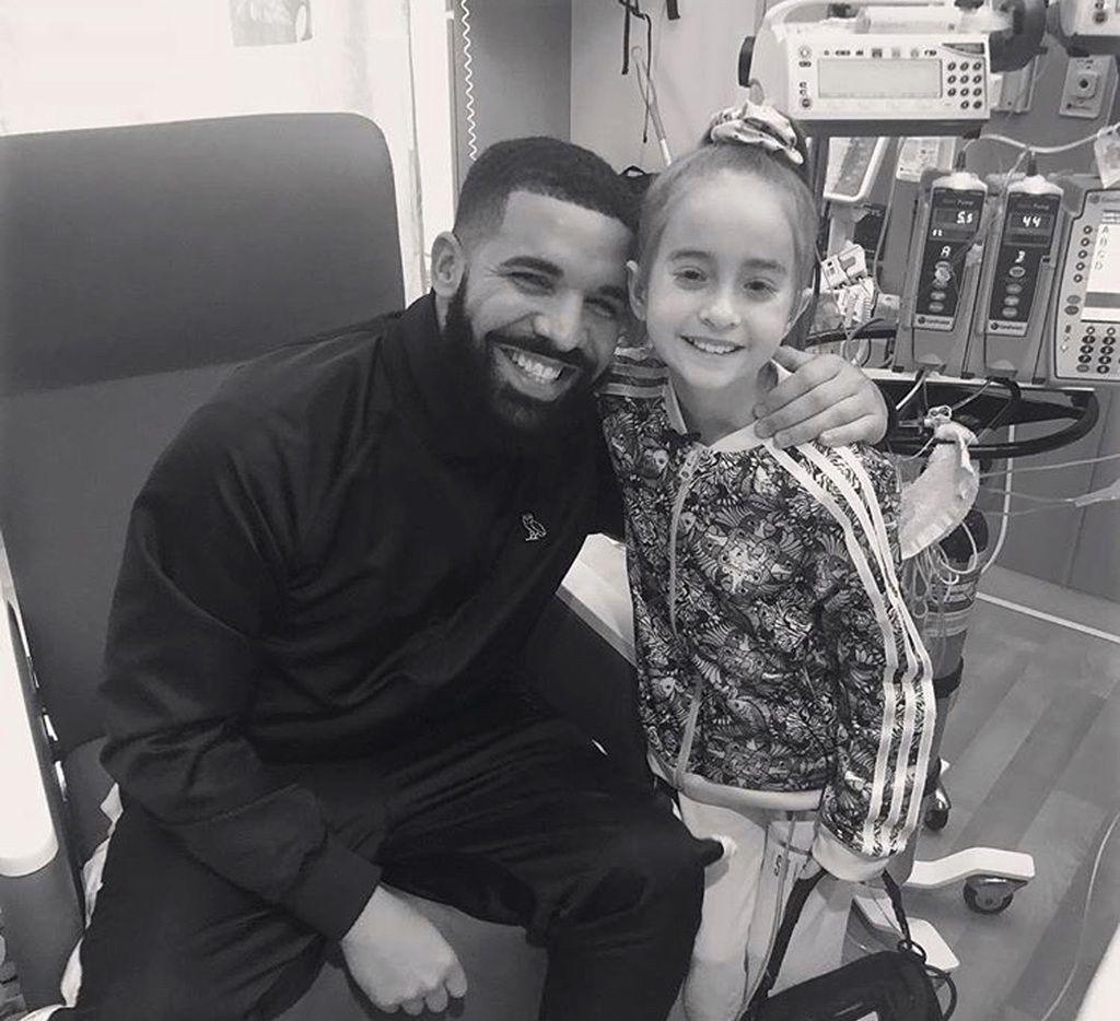 El lunes 20 de agosto, en esta foto provista por Drake, se ve al rapero junto a Sofia Sanchez en Lurie Children's Hospital en Chicago. (OVO/Drake via AP)