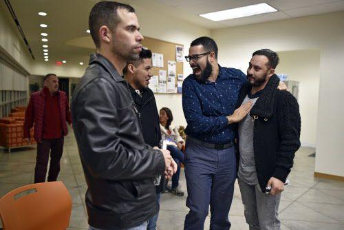 Carlos Grimaldi, de 35 años, derecha, abraza a Valentin Maldonado, extrema derecha, durante una fiesta de Navidad para los latinos LGBT en el Resource Center en Dallas, el lunes 16 de diciembre de 2018 en la noche. Foto: Ben Torres / Especial para Al Día