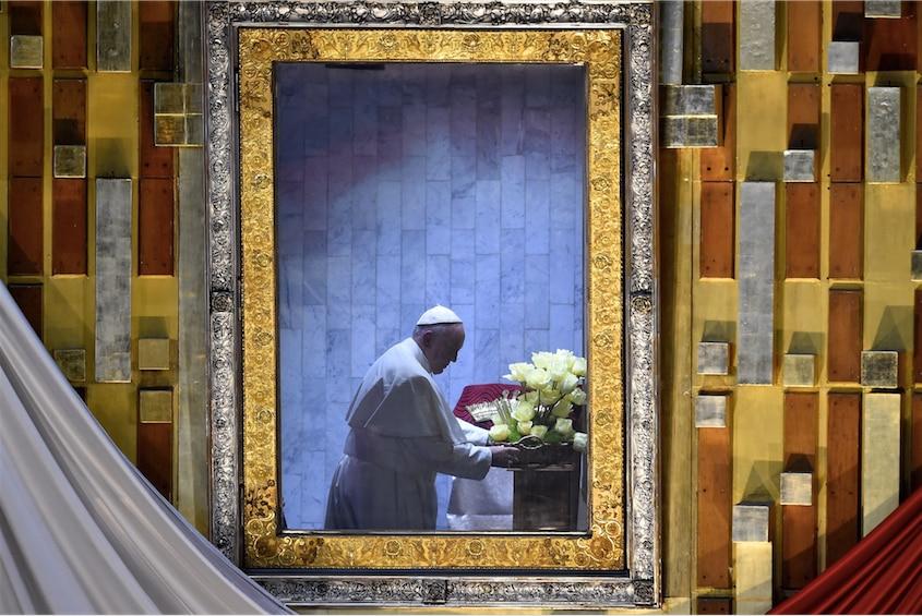 El Papa Francisco rezó a solas ante la Virgen de Guadalupe./GETTYIMAGES