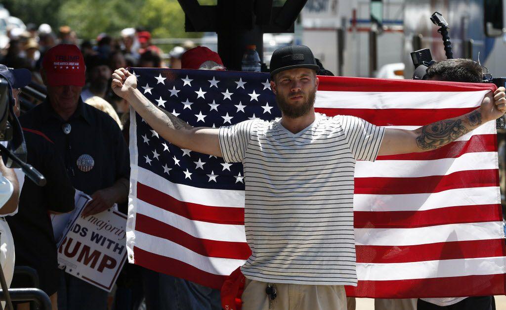 Patrick Anderson, residente de Dallas, fue uno de los primeros en llegar al rally de Donald Trump en Dallas. (Nathan Hunsinger/The Dallas Morning News)