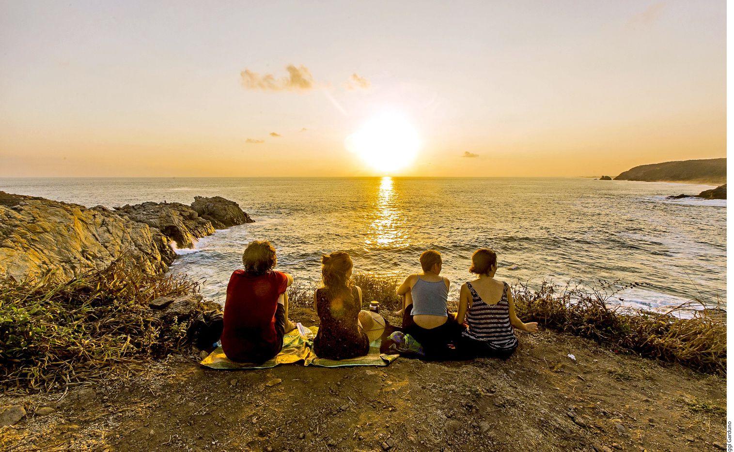 Varios son quienes se reúnen en Punta Cometa, ubicado en Oaxaca, para meditar, tomar fotos o despedir al sol. AGENCIA REFORMA