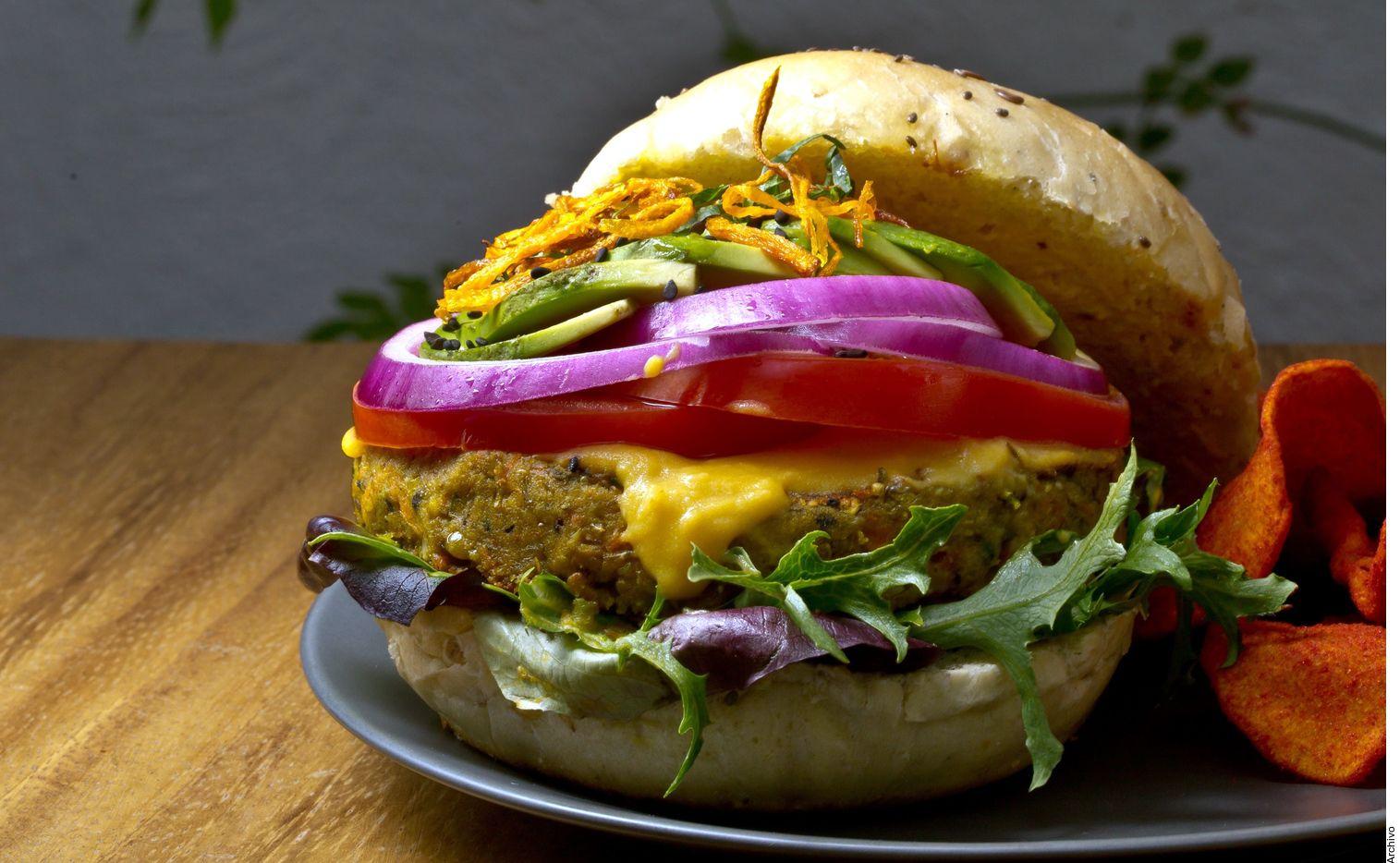 Una nueva propuesta de ley en la Unión Europea propone que sólo puedan llamarse hamburguesas las realizadas con carne. AGENCIA REFORMA