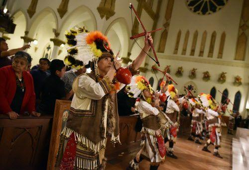 Los matachines ingresan en la Catedral durante el festejo de la Virgen de Guadalupe en la Catedral de Dallas.