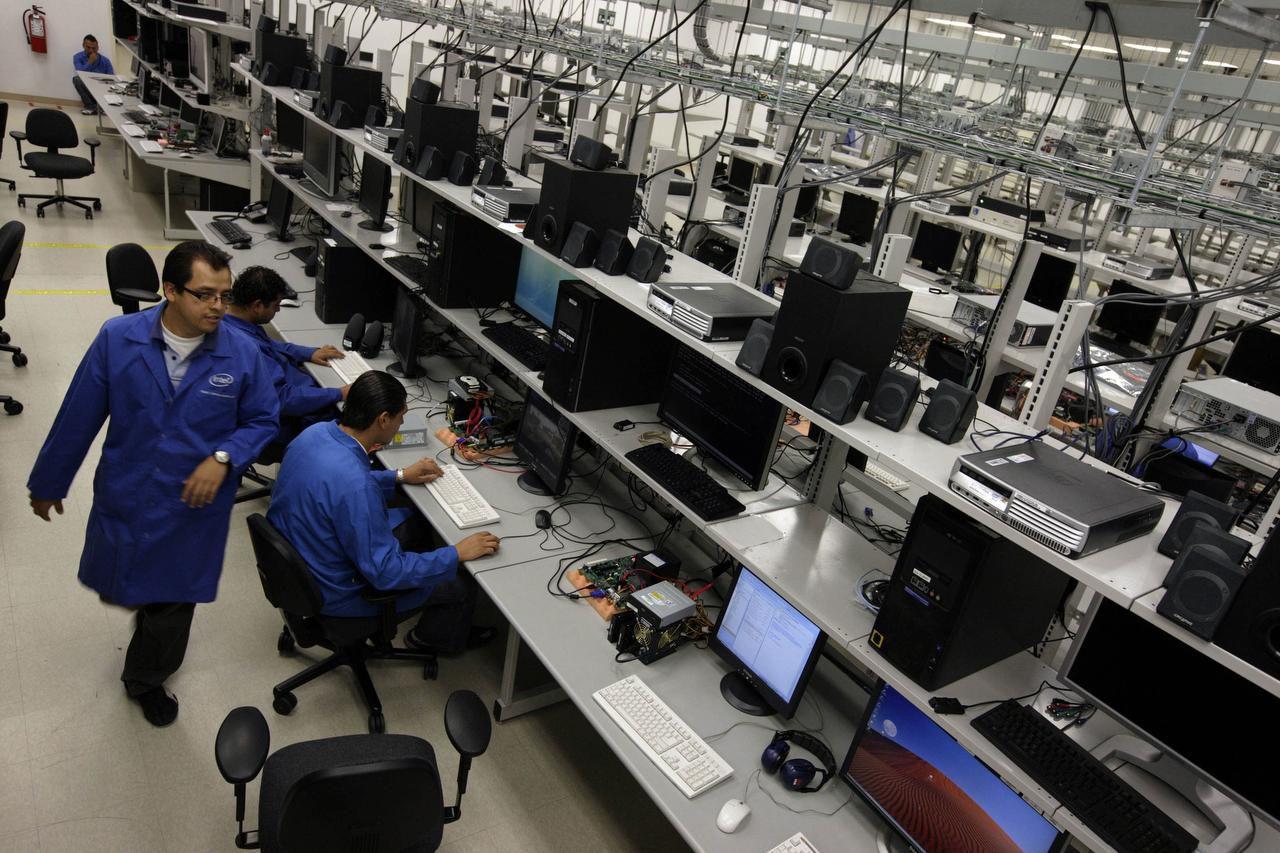 Ingenieros ponen a prueba unos microprocesadores en la Unidad de Investigación de Intel en Guadalajara, México. Las importaciones de México se dispararon bajo el Tratado de Libre Comercio (NAFTA). (NYT/JANET JARMAN)