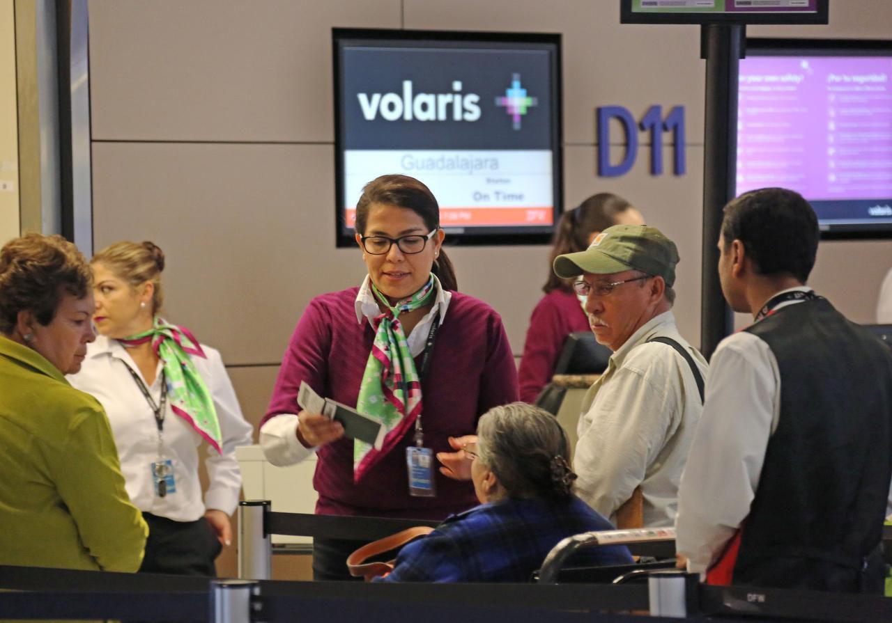 Agentes de Volaris ayudan a los pasajeros de la aerolínea en la Terminal D del Aeropuerto Internacional DFW. (DMN/LOUIS DeLUCA)